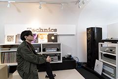 Technicsのハイエンドオーディオシステムでレコードを聴く小山田圭吾。