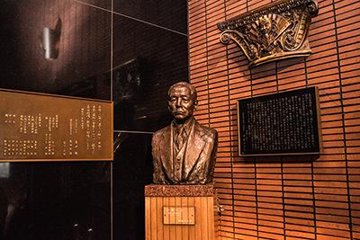 阪急阪神東宝グループ創業者・小林一三の銅像が飾られたロビー。