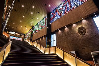 クラシカルな吹き抜けの階段は、1歩踏みしめるごとにオープン当時の東京へとタイムスリップしてしまうかのような感覚に。
