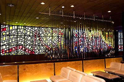 美しいステンドグラスを眺めながら開演までのひとときを過ごせる2Fロビー。