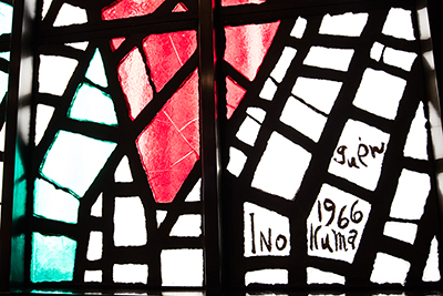 右奥のステンドグラスには洋画家・猪熊弦一郎のサインが。
