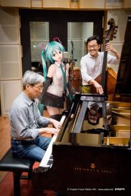 左から佐藤允彦(Piano)、初音ミク(Vo)、加藤真一(B)。