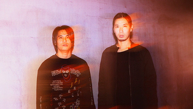 左から菅波栄純(G)、岡峰光舟(B)。