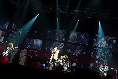 2016年5月に行われたライブツアー「THE YELLOW MONKEY SUPER JAPAN TOUR 2016」東京・国立代々木競技場第一体育館公演の様子。(撮影:有賀幹夫)
