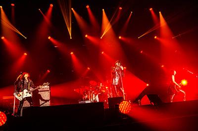 2016年8月に行われたライブツアー「THE YELLOW MONKEY SUPER JAPAN TOUR 2016 SPECIAL -ARE YOU A BELIEVER?-」福島・あづま総合体育館公演の様子。(撮影:森島興一)