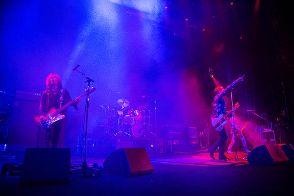 2016年12月に行われたライブツアー「THE YELLOW MONKEY SUPER JAPAN TOUR 2016 -SUBJECTIVE LATE SHOW-」岡山・倉敷市民会館公演の様子。(Photo by MITCH IKEDA)