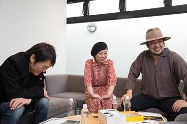 左から千原ジュニア、伊東妙子(G, Vo)、篠田智仁(B)。