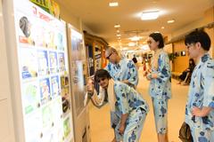 湯上がりにコーヒー牛乳を購入するTOKYO HEALTH CLUB。