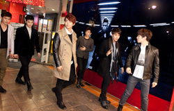 2PMの6人がリニューアルオープン直前のタワレコ渋谷に到着。お店の前は噂を聞きつけたファンが集まり、一時的にパニック状態に。