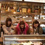 TOWER RECORDS CAFE厨房に潜入して記念撮影。3人は手前のスイーツが気になる様子。