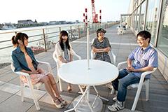 写真左からKaede、Nao☆、Megu、connie。