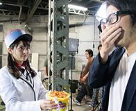 キングレコードのプロデューサー・須藤孝太郎氏にデスソース味ポップコーンを振る舞う上坂すみれ。