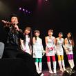 UFIのライブをステージ袖で見届けた社長の川島(写真左から2番目)は「僕はね、本当にね、感動しちゃってね……泣いてま、せっんー!」と大はしゃぎ。