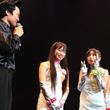 UFIの楽曲制作者、角田(東京03 角田晃広)に対し、カタコトの日本語で「ハゲちらかしちゃダメですよ。また奥さんに逃げられますよ」と注意をうながすキャサリン(写真中央)。