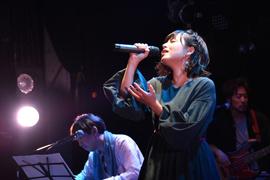 長谷泰宏のピアノをバックに熱唱する脇田もなり。