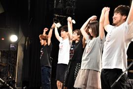 バンドメンバーと手をつないで観客に挨拶する脇田もなり。