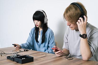 左からアイナ・ジ・エンド(BiSH)、松隈ケンタ(SCRAMBLES)。