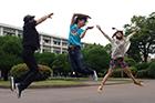 熊本県民テレビ「Rocket Complex」出演時のSEXジャンプ。飛び手は柴田、スマイリー原島、西冬萌。バックの校舎は柴田の母校。