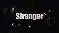 「Stranger」のビデオクリップのワンシーン。