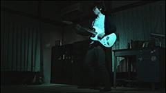 「Thunderous」のビデオクリップのワンシーン。
