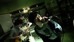 「Paranoia」のビデオクリップのワンシーン。
