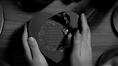 「Would You Be My Valentine?」のビデオクリップのワンシーン。