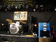 ライブハウスのステージに設置されたダンボール製の機材。