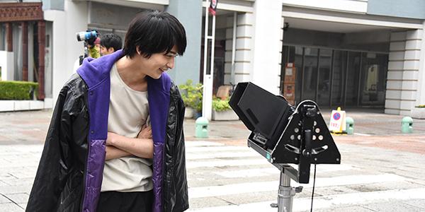 モニターで映像を確認する横浜流星。
