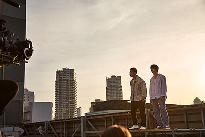 スタジオ屋上で撮影を行うRoverと横浜流星。