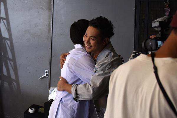 長時間にわたる撮影を終えたRoverと横浜流星。笑顔でお互いを称え合う。