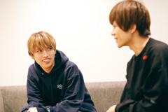 左からGEN(04 Limited Sazabys)、ヤマサキセイヤ(キュウソネコカミ)。
