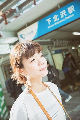 東京・下北沢で「日常の絶景」を探す吉澤嘉代子。