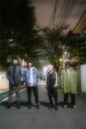 左から古閑翔平(G)、黒川侑司(Vo, G)、小野貴寛(Dr)、田中雄大(B)。