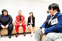 キャラ被りしている(?)メイプル超合金・安藤(左端)と佐藤諒(右)。