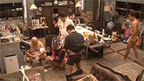 濡れた床を拭く安田大サーカス・クロちゃん、野性爆弾くっきーら。©2017 YD Creation