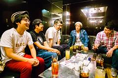 左から小川康弘、川尻恵太、菊池謙太郎、やついいちろう、今立進。