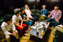 左から上田マネージャー、小川康弘、川尻恵太、菊池謙太郎、エレキコミック。