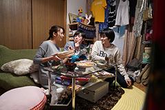 第3話より、山下の彼女・百合枝、山下、徳永(左から)。