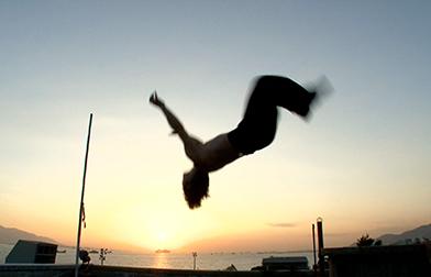 BOX-BLUE「内村光良50歳でバック転に挑戦! in 香港」より。