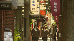 「吉祥寺だけが住みたい街ですか?」第3話より、神楽坂を案内する富子と都子。© 「吉祥寺だけが住みたい街ですか?」製作委員会