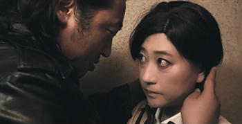 「六城」より、ロバート秋山と友近が演じるラブシーン。