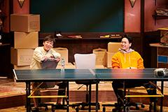 舞台「漫画みたいにいかない。」より。左から東京03飯塚、山下健二郎。