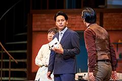 舞台「漫画みたいにいかない。」より。左から東京03飯塚、山下健二郎、東京03豊本。