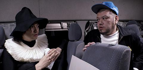 「MASKMEN」より、斎藤工(左)と野性爆弾くっきー(右)。