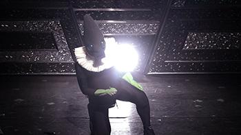 「MASKMEN」より、東京・ヨシモト∞ホールで人印としてネタを披露する斎藤工。