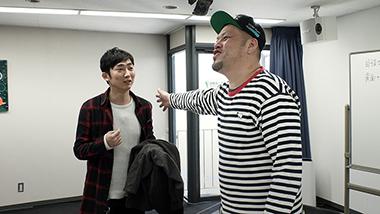 「MASKMEN」より、ネタ作りに参加するNON STYLE石田(左)と野性爆弾くっきー(右)。