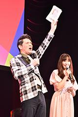 左からますだおかだ岡田、西脇彩華。
