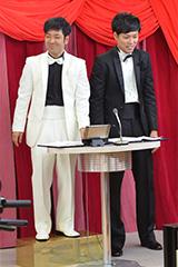 身長差を埋めるために踏み台に乗るエリートヤンキー橘(左)と西島(右)。