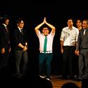 「ごめんからのナマステ」ギャグを披露するエレファントジョン森枝(中央)。