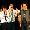際立つ存在感を見せるジャングルポケット斉藤(右から3人目)。